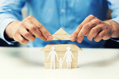 房子抵押概念-推销员得到新的家的帮助家庭 免版税库存图片