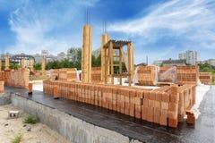 房子支持元素和新的砖墙侧视图  开始建筑居民住房从木专栏和 库存照片
