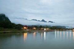 房子是在自然中间 许多人梦想 山,雾,河 库存照片