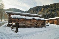 房子最近的栈木头 免版税库存图片