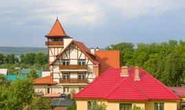 房子有一个红色屋顶和一个塔 库存图片