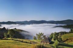 房子有薄雾的山 库存照片