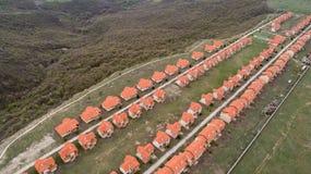 房子村庄鸟瞰图  安置郊区 邻里房子和庄园地标俯视图  库存图片