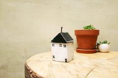 房子模型作为标志的 免版税库存图片