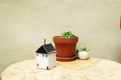 房子模型作为标志的 库存图片