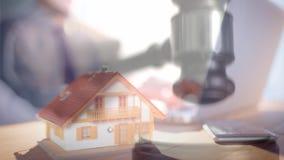 房子模型和执行委员的数字动画使用膝上型计算机的 影视素材