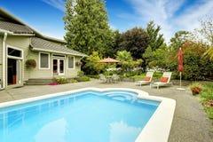 房子池游泳 房地产用联邦方式, WA 免版税库存图片