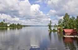 房子湖反射了风景 免版税库存照片
