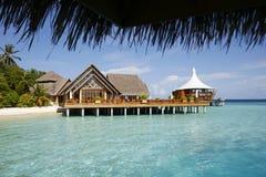 房子热带平台的海运 库存图片