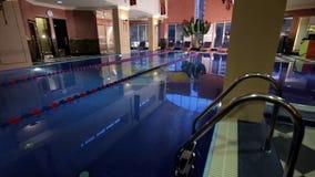 房子现代池游泳 建筑学,有庭院的,室内游泳池房子 在a的豪华游泳池 免版税图库摄影