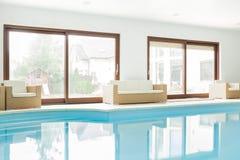 房子现代池游泳 库存照片