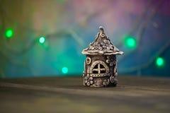 房子由泥制成,站立在一个木板 免版税库存图片