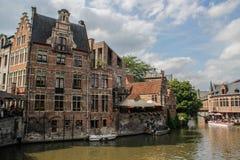 房子的中央部分有运河、桥梁,中世纪大厦和人走的 库存照片