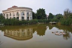 房子的反射在水中 免版税库存图片