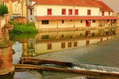 房子的反射在sarrebourg的法国河 库存照片