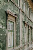 房子的墙壁有鸽子的在窗口 免版税库存照片