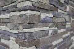 房子的壁角结构 纹理-人为装饰石头façade 灰色颜色概略的石墙背景纹理 免版税图库摄影