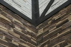 房子的壁角结构 纹理-人为装饰石头façade 灰色颜色概略的石墙背景纹理 库存图片