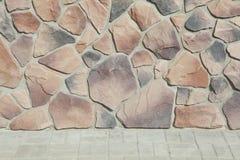 房子的壁角结构 纹理-人为装饰石头façade 灰色颜色概略的石墙背景纹理 免版税库存照片