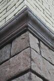 房子的壁角结构 纹理-人为装饰石头façade 灰色颜色概略的石墙背景纹理 免版税库存图片
