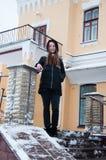 房子的多雪的门廊的妇女 库存图片