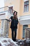 房子的多雪的门廊的妇女 免版税库存照片