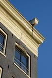 房子的屋顶有一个勾子的举的在阿姆斯特丹, Neth 免版税库存图片