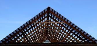 房子的屋顶的修理 免版税库存照片