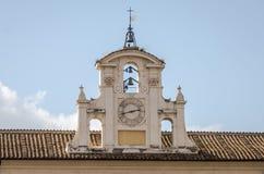 房子的屋顶的老教堂有石板屋顶的有响铃的在罗马,意大利的首都 库存照片