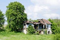 房子的废墟在村庄 免版税图库摄影