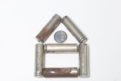 以房子的形式半新电池谎言 在一个空白背景 库存图片