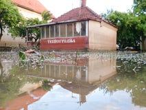 房子的情况有一个围场的在洪水以后 免版税图库摄影