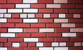 房子的新的明亮的墙壁从不同颜色砖的背景的 库存照片