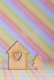 房子的木标志有孔的以心脏和小克里斯的形式 库存照片