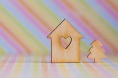 房子的木标志有孔的以心脏和小克里斯的形式 图库摄影