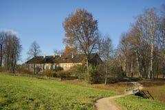 房子的看法在庄园Trigorskoye晴朗的10月天 普希金山 库存图片