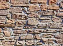 房子的石造壁由自然石头制成 库存图片