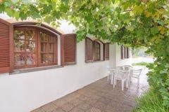 房子的葡萄酒木窗口。 免版税库存照片