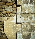 房子的被打击的老墙角石墙壁 库存图片