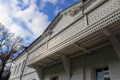 房子的被雕刻的阳台计数列夫・托尔斯泰庄园的在Yasnaya Polyana在2017年10月 免版税库存照片