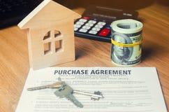 房子的购买的合同 钥匙、房子模型和美元 物产投资 买,租赁和卖公寓 库存图片