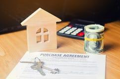 房子的购买的合同 钥匙、房子模型和美元 物产投资 买,租赁和卖公寓 免版税库存照片