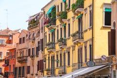 房子的门面在街道上的在威尼斯,意大利 库存照片
