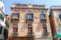 房子的门面在街道上的在威尼斯,意大利 图库摄影