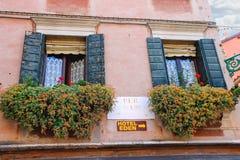 房子的门面在街道上的在威尼斯,意大利 免版税图库摄影