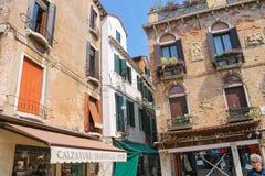 房子的门面在街道上的在威尼斯,意大利 免版税库存照片
