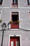 房子的门面有红色瓦片的和门和阳台 免版税库存图片