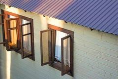 房子的门面的细节有Windows的 图库摄影