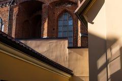 房子的黄色墙壁教会的背景的 免版税图库摄影
