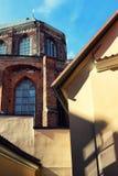 房子的黄色墙壁教会的背景的 免版税库存图片